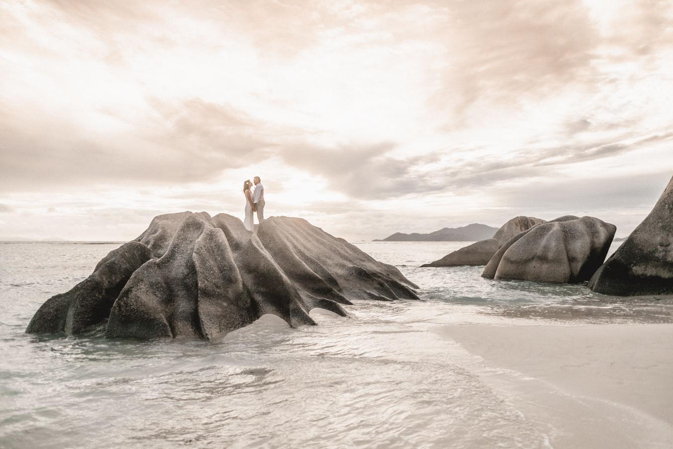 Seychellen la Digue Brautpaar und Hochzeitsfotograf bei Hochzeit