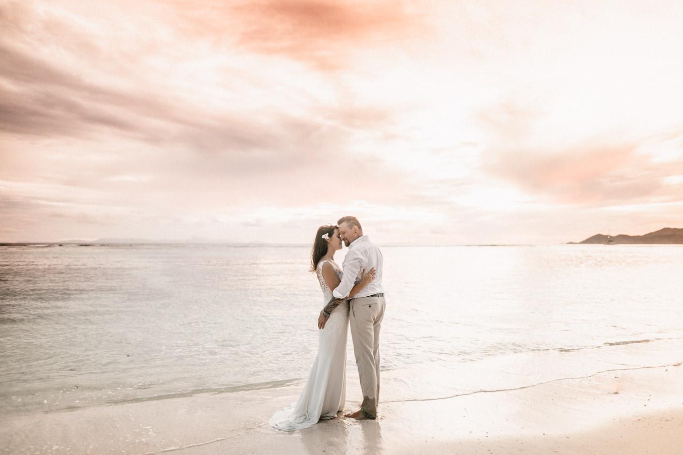 Brautpaar und Hochzeitsfotograf am Strand auf den Seychellen