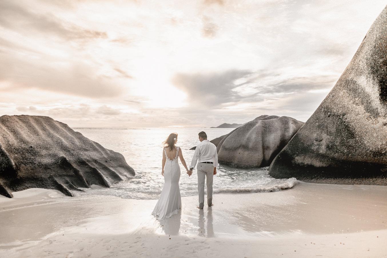Hochzeitsfotos am Strand von Anse Source D'Argent auf den Seychellen zwischen Granitsteinen