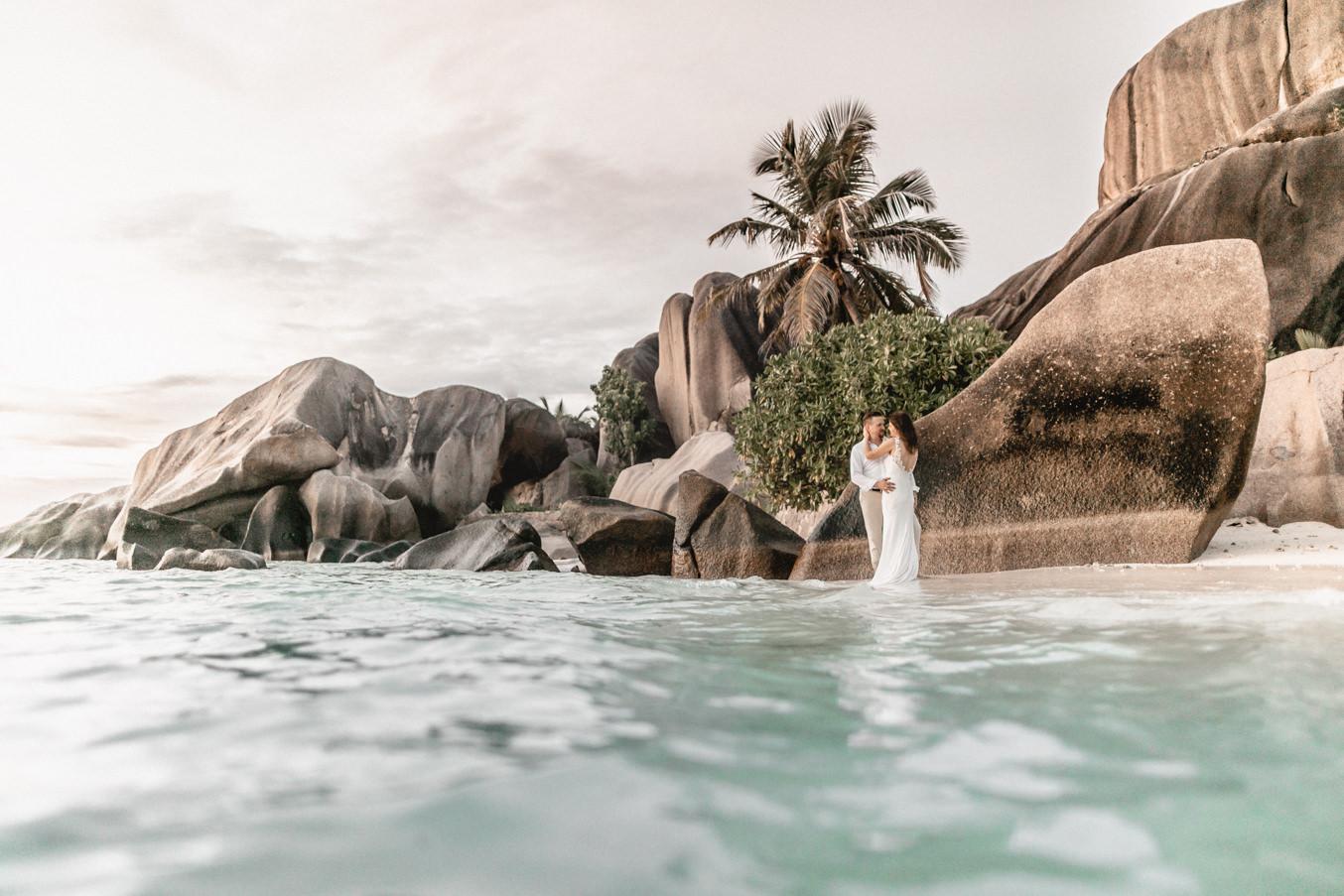 Hochzeitsfotografie am Strand von Anse Source D'Argent auf den Seychellen