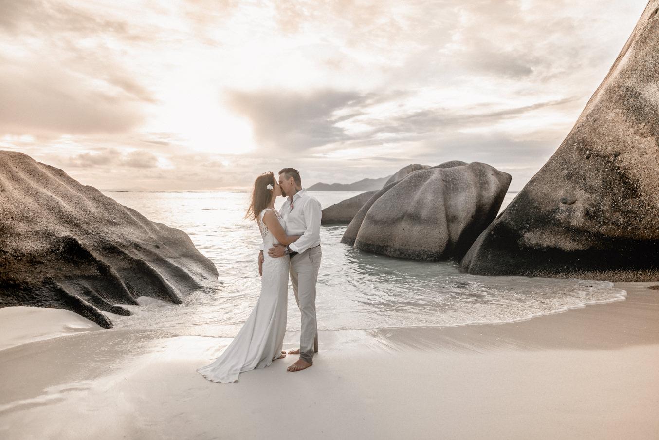 Heiraten am Strand auf den Seychellen mit Hochzeitsfotograf