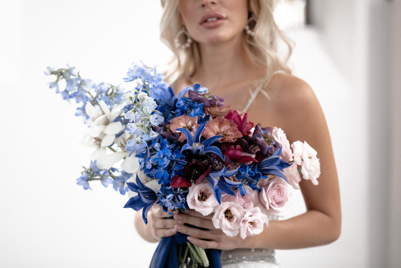 Braut mit Brautstrauß im ombre look