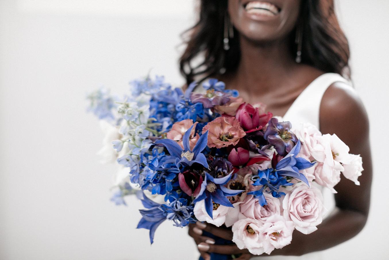 Braut Inspiration mit blauem Brautstrauß lachend